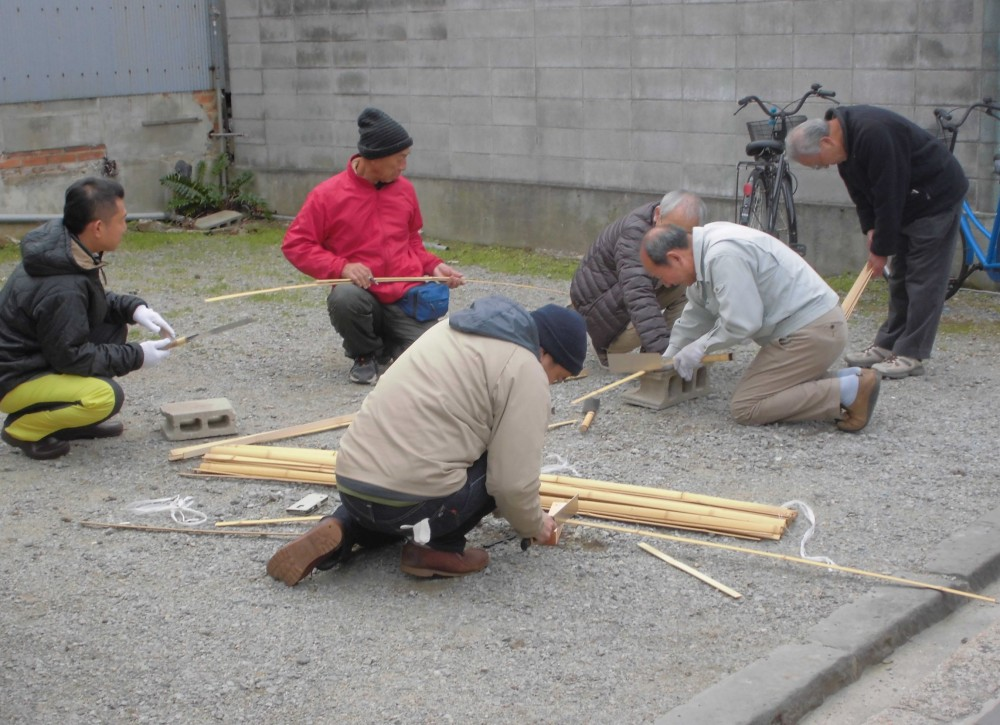 竹を切っています